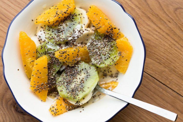 Budinca de chia poate fi făcută cu o varietate de fructe, după preferințe. Foto: pixabay.com